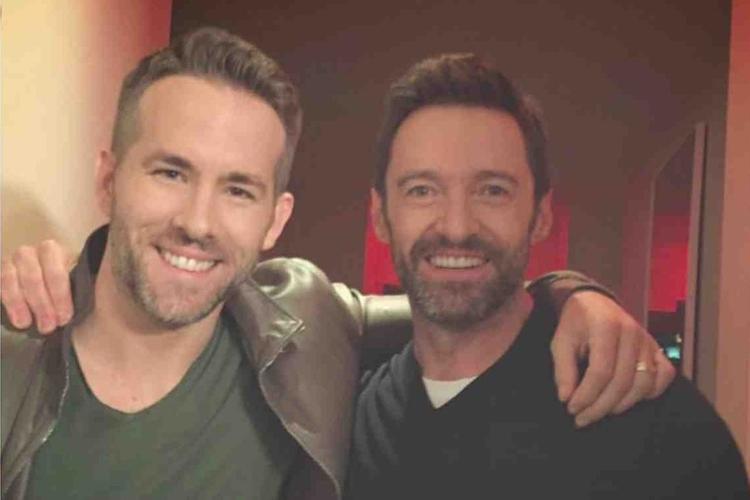 Ryan Reynolds i Hugh Jackman uśmiechnięci pozują razem do zdjęcia