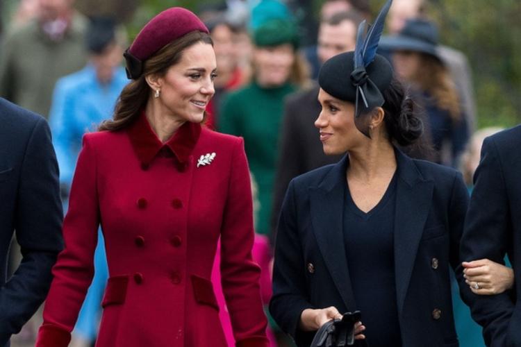 Księżna Kate w czerwonym płaszczu i księżna Meghan w granatowym płaszczu na świątecznym spacerze