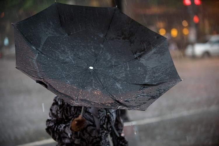 kobieta pod parasolem na wietrze