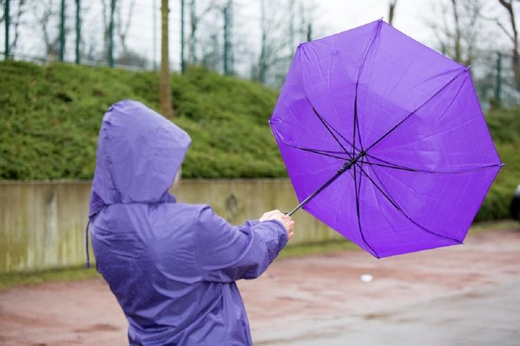 Kobiecie wywiało parasolkę.