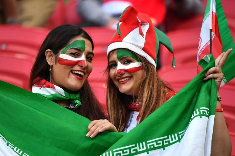 Iranki wypełniły stadion. Wcześniej za kibicowanie groziły im kary