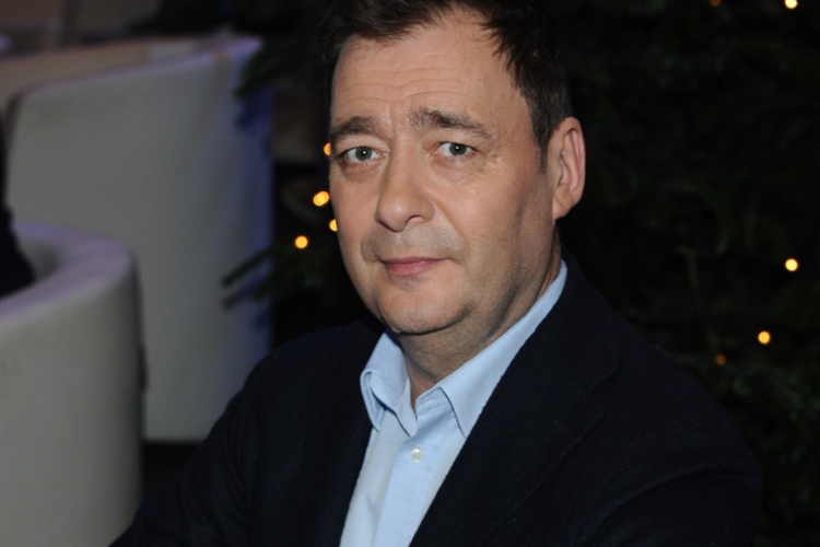 Jacek Rozenek w niebieskiej koszuli i czarnej marynarce