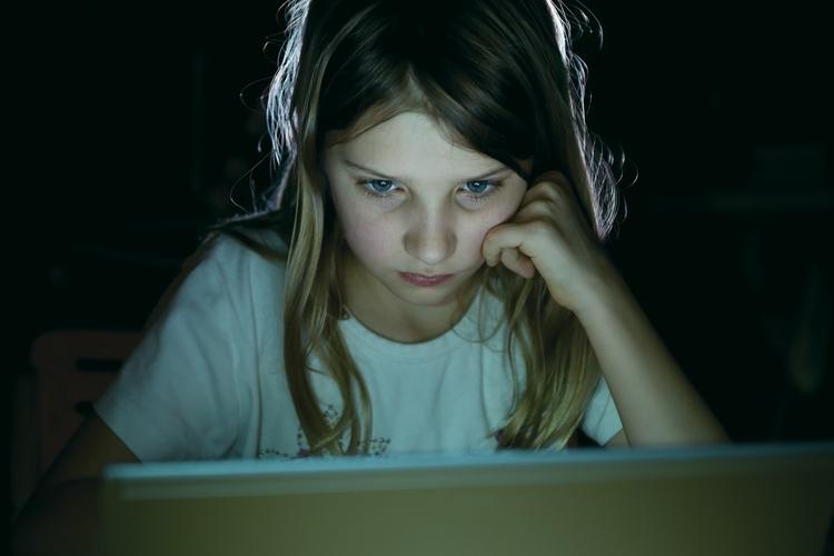 Dziewczynka przed komputerem