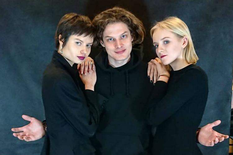 Adam Fidusiewicz z koleżankami