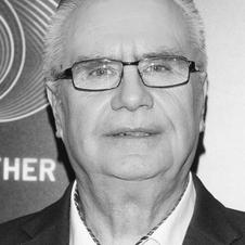 """Janusz Dzięcioł w marynarce i okularach w programie """"Big Brother"""""""