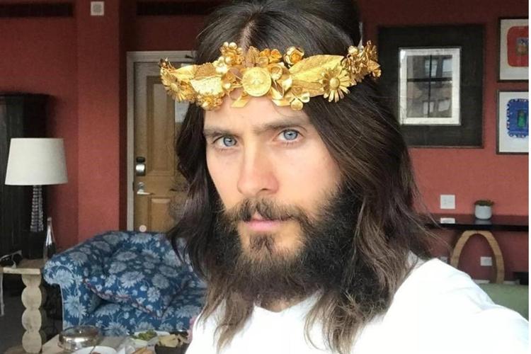 Jared Leto przed MET Galą w złotej koronie