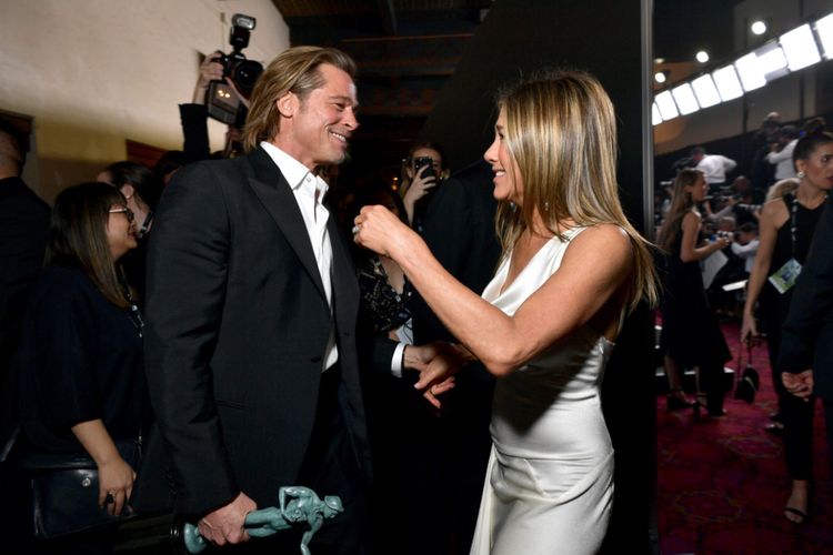 Jennifer Aniston i Brad Pitt rozmawiają i szczerze się śmieją na gali rozdania SAG Awards