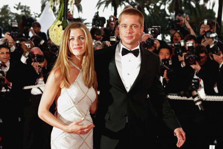 Jennifer Aniston w białej sukni i Brad Pitt w garniturze na czerwonym dywanie w Cannes