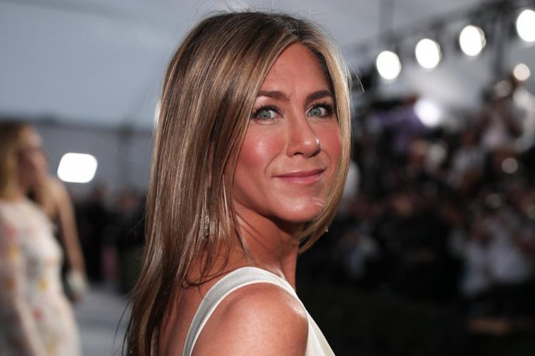 Jennifer Aniston w srebrnej sukience na czerwonym dywanie przed galą rozdania SAG Awards