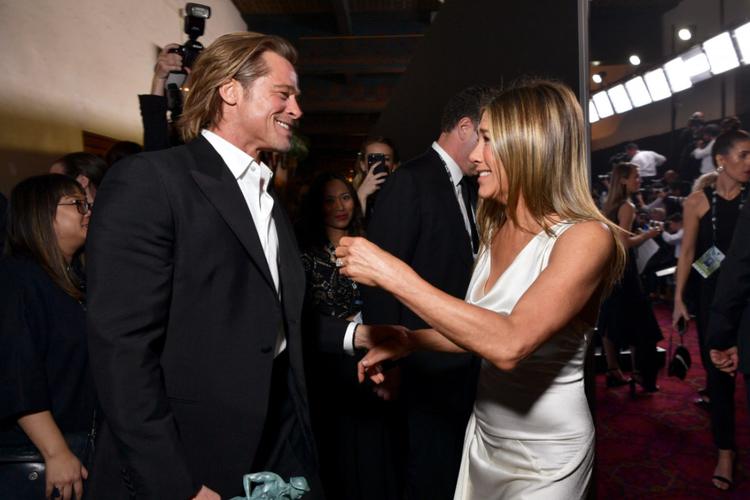 Jennifer Aniston w białej kreacji i Brad Pitt w smokingu gratulują sobie statuetek SAG Awards