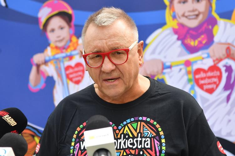 Jerzy Owsiak w czarnej koszulce z czerwonym serduszkiem WOŚP