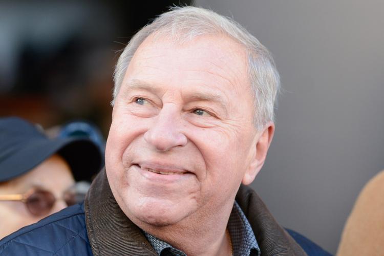 Jerzy Stuhr uśmiechnięty w kurtce