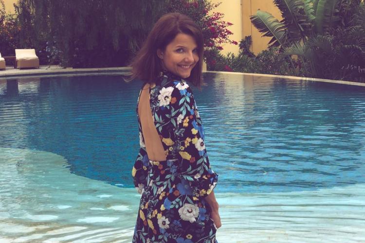 Joanna Jabłczyńska w kwiecistej sukience na wakacjach nad basenem
