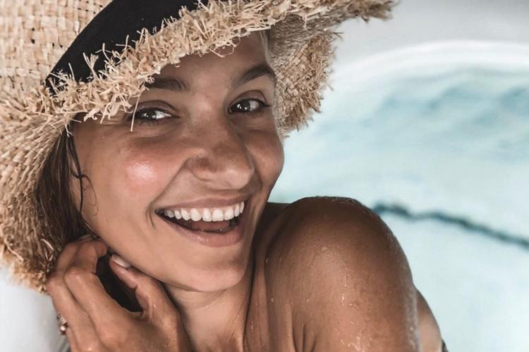 Joanna Koroniewska w słomkowym kapeluszu w basenie