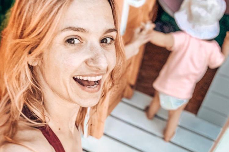 Joanna Koroniewska w kostiumie kąpielowym bawi się z dziećmi