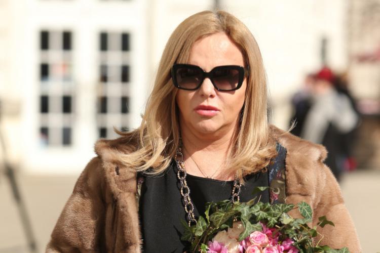 Joanna Kurowska w czarnej sukience, okularach przeciwsłonecznych i futrze na pogrzebie Zofii Czerwińskiej