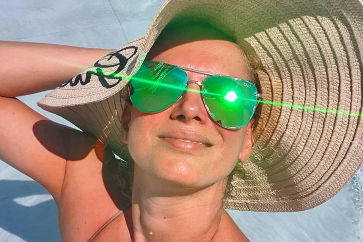 Joanna Liszowska na wakacjach w słomkowym kapeluszu i z zielonymi okularami