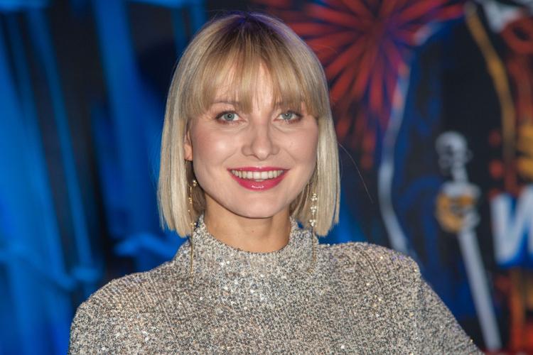 Joanna Moro w srebrnej sukience i z czerwonymi ustami