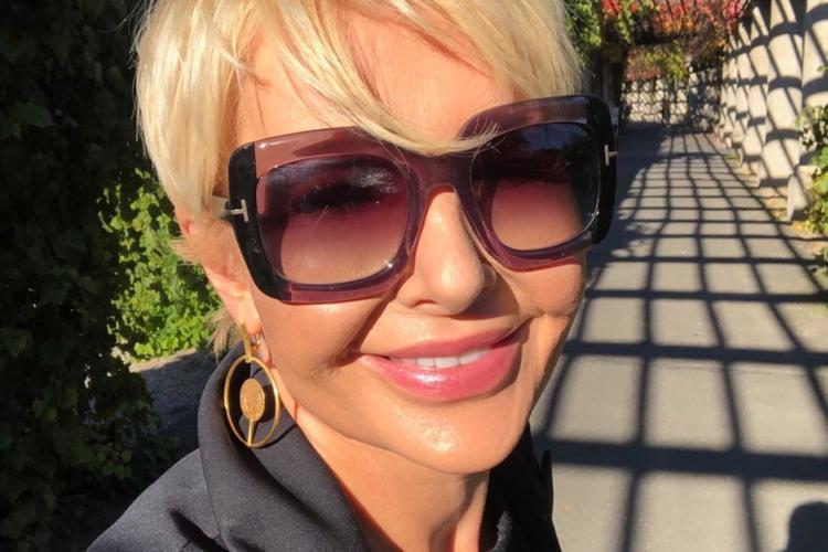 Joanna Racewicz uśmiechnięta w okularach przeciwsłonecznych