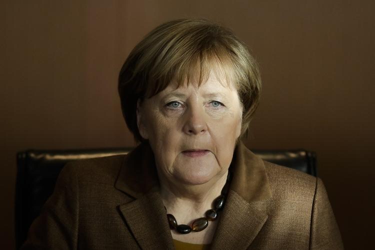 Angela Merkel w brązowej garsonce i z koralami