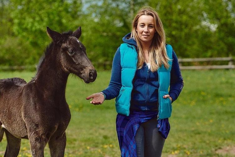 Karolina Ferenstein-Kraśko z koniem w swojej stadninie