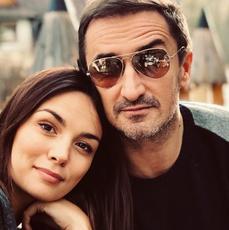 Paulina Krupińska i Sebastian Karpiel-Bułecka wtuleni siedzą w Zakopanem