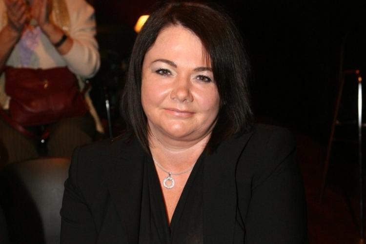Katarzyna Niezgoda z ciemnymi włosami w czarnej garsonce
