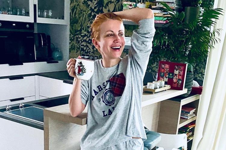 Katarzyna Zielińska w świątecznej piżamie i ze świątecznym kubkiem w kuchni