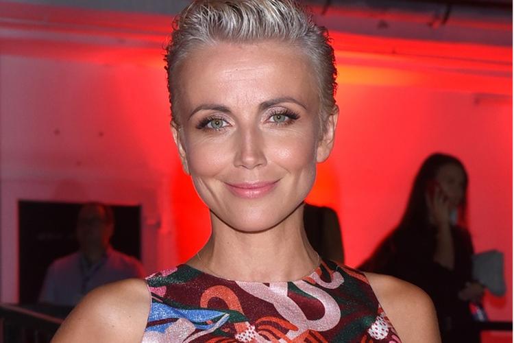 Katarzyna Zielińska w kolorowej sukni Bizuu na pokazie mody
