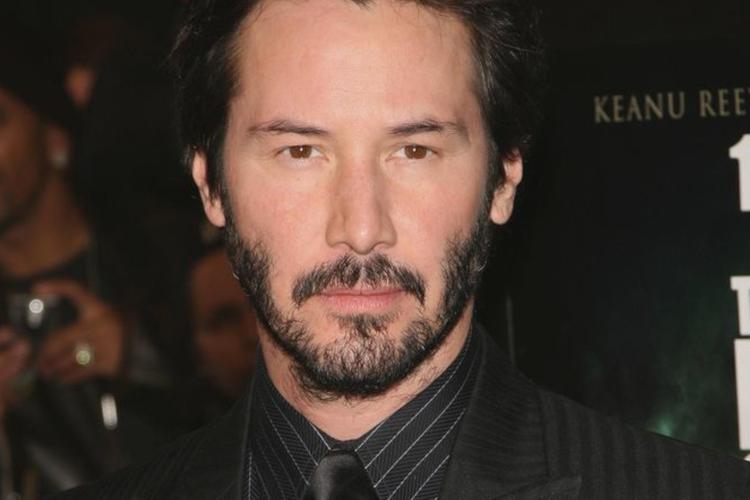 Keanu Reeves z zarostem w garniturze na czerwonym dywanie