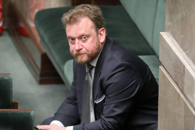 Minister zdrowia, Łukasz Szumowski, w garniturze siedzi w sejmie