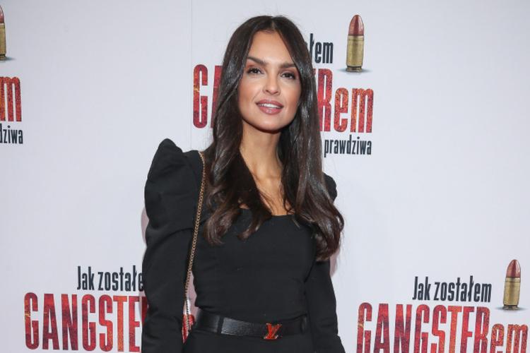 Klaudia El Dursi w czarnym kostiumie na czerwonym dywanie podczas premiery filmu