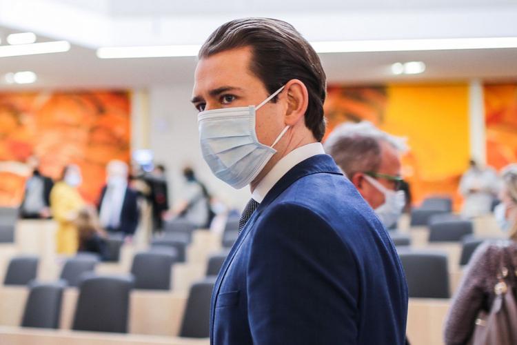 Kanclerz Austrii, Sebastian Kurz, w maseczce ochronnej