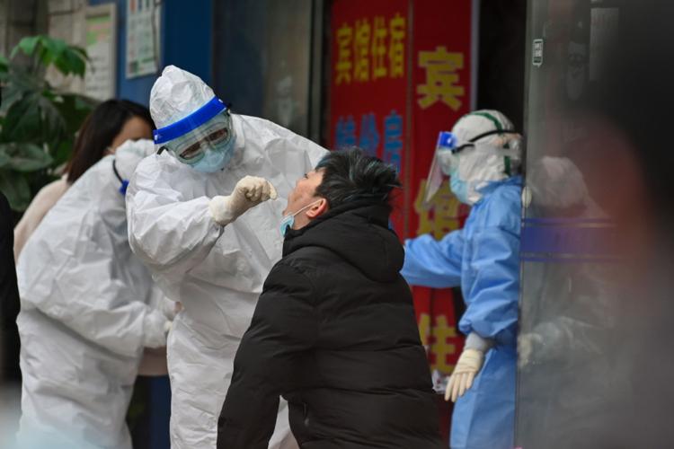 Wuhan - badanie mieszkańców chińskiego miasteczka na obecność koronawirusa