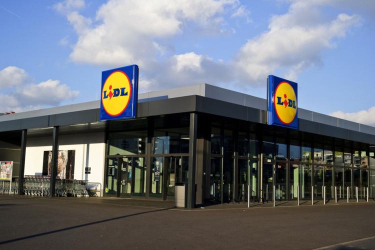 Lidl - sklep sfotografowany z zewnątrz od strony dużego parkingu