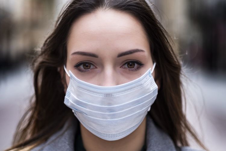 Kobieta w maseczce chroniącej przed koronawirusem