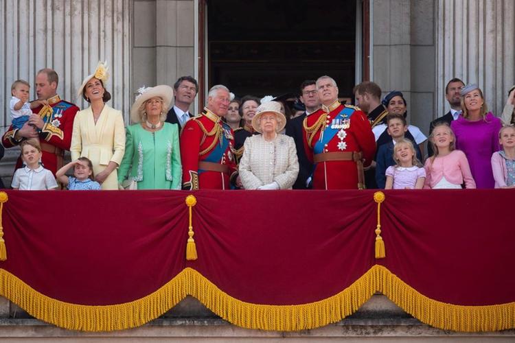 Rodzina królewska na balkonie podczas urodzin królowej Elżbiety II