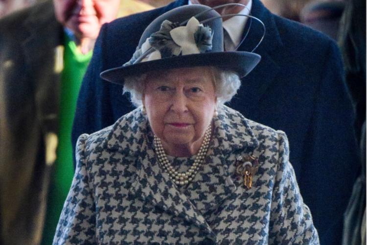 Królowa Elżbieta w płaszczu w pepitkę i w kapeluszu