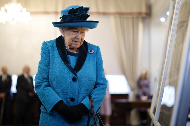 Królowa Elżbieta w niebieskim płaszczu i kapeluszu