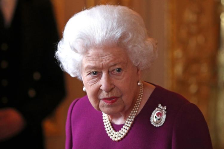 Królowa Elżbieta II zdecydowała się złamać protokół. Co jest powodem?
