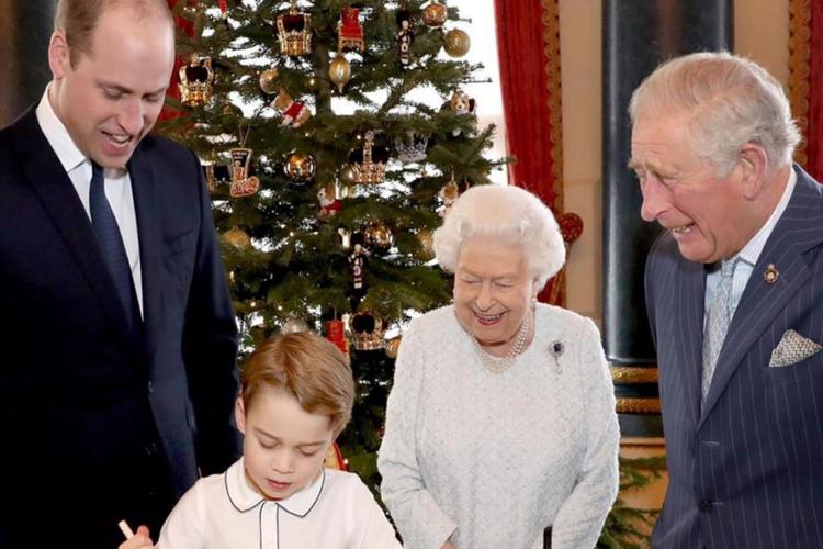 Książe William, królowa Elżbieta i książę Karol patrzą na przygotowującego ciasto świąteczne księcia George'a.