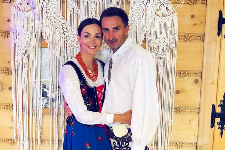 Paulina Krupińska i Sebastian Karpiel-Bułecka w strojach góralskich podczas swojego wesela w lipcu 2018 roku