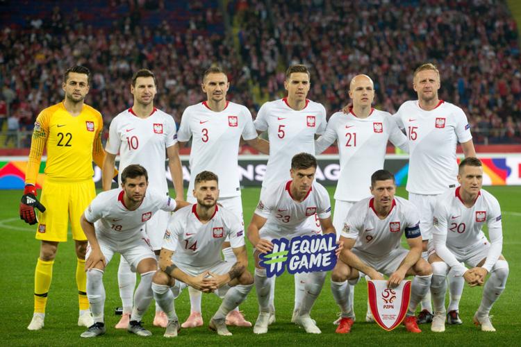 Piłkarze polskiej reprezentacji przed meczem na boisku