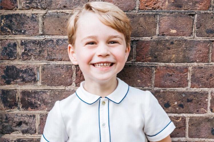 Książę George uśmiechnięty w koszulce polo