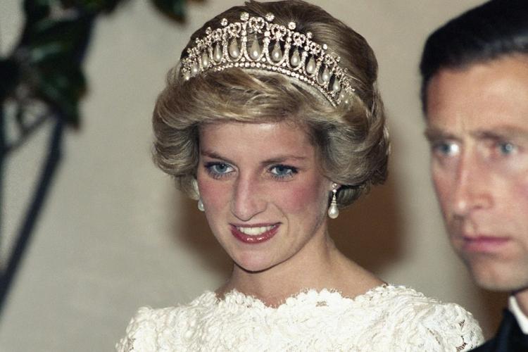 Księżna Diana uśmiechnięta w białej sukni i tiarze