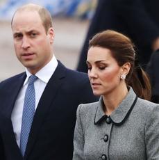 Księżna Kate w szarym płaszczu i książę William w garniturze podczas wizyty w Leicester