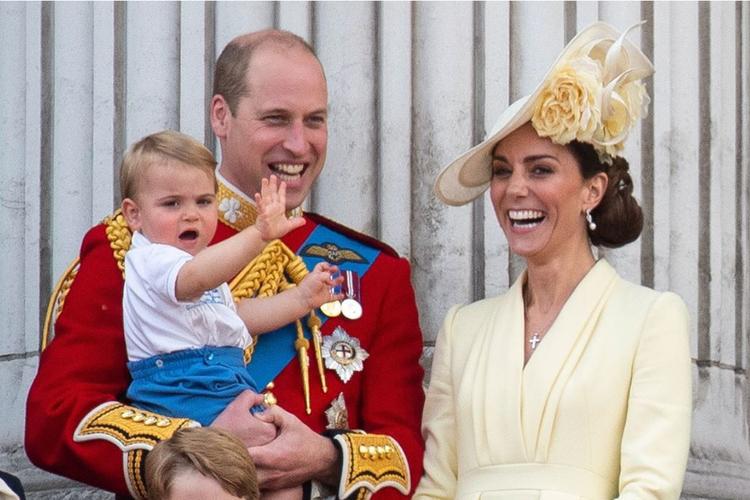 Książę William, książę Louis, księżna Kate na balkonie podczas urodzin królowej Elżbiety