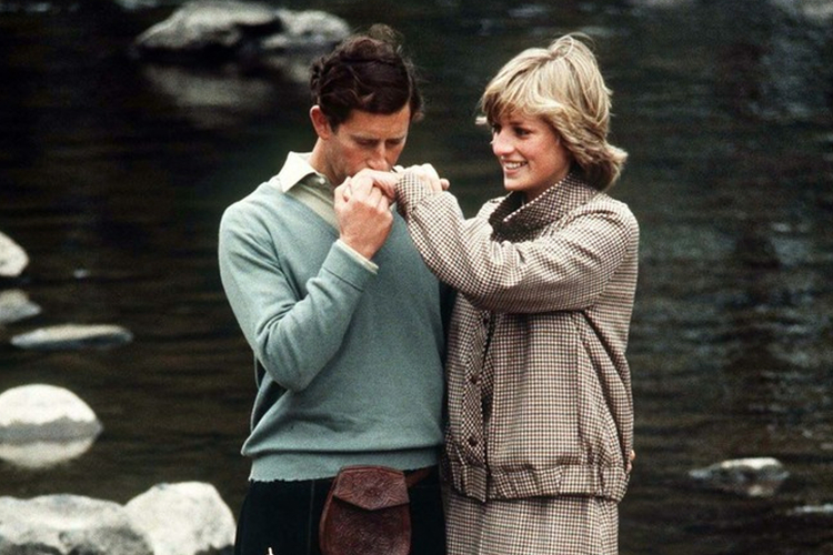 Książę Karol całuje księżną Dianę w rękę podczas miesiąca miodowego w Balmoral