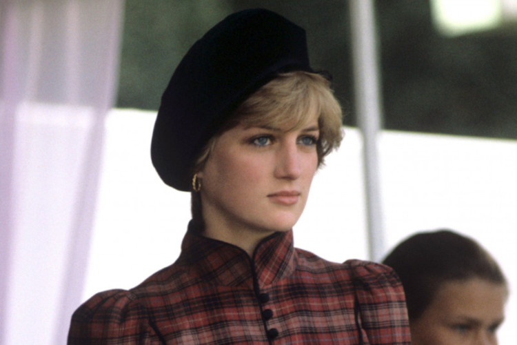 Księżna Diana w kraciastej garsonce i czarnym berecie