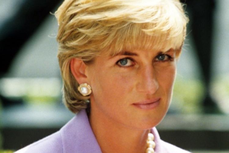 Księżna Diana zamyślona w fioletowym kostiumie i z perłami na szyi